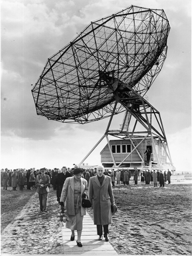 Oort and Queen Juliana at the opening of the radio telescope in Dwingeloo in 1956. It was due to Oort's particular efforts that this telescope was built. (Photo: Oort Archives)