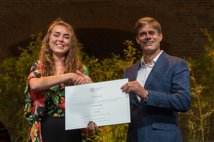 Roeland Dirks receiving the LUS Teaching Prize from Ghislaine Voogd, chair of the Leiden University Student Platform.